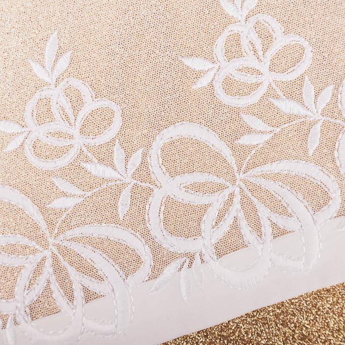 elastische Stickerei mit weißen Tüll