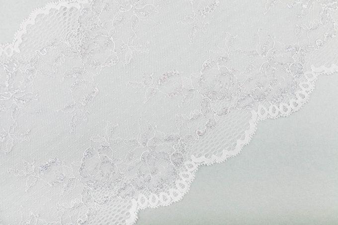 elastische Spitze in weiß mit Lurexfäden in silber